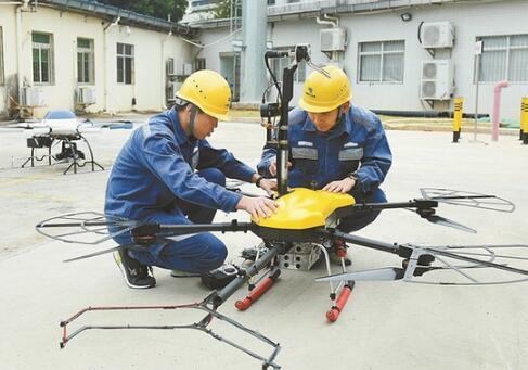 深圳供电局装备无人机为输电导线清障