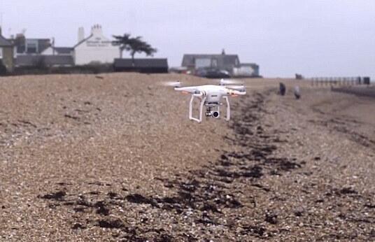英国使用无人机辅助清理海滩垃圾