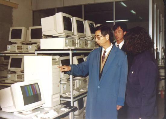 1992年,倪光南在联想微机生产基地。受访者供图