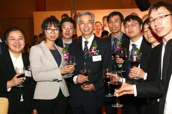 2016年,倪光南与中国计算机学会优秀博士论文获奖者合影。受访者供图
