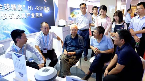 刘先林院士(左三)在中海达展会现场听取报告.jpg