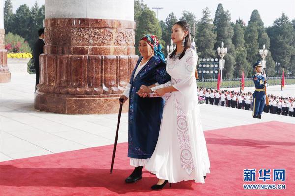 (XHDW)(10)国家勋章和国家荣誉称号颁授仪式在京举行