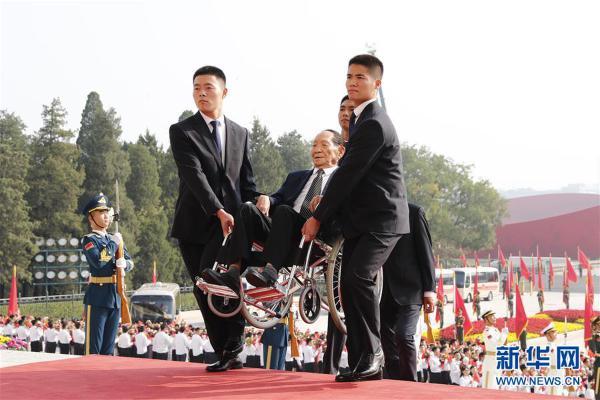 (XHDW)(12)国家勋章和国家荣誉称号颁授仪式在京举行