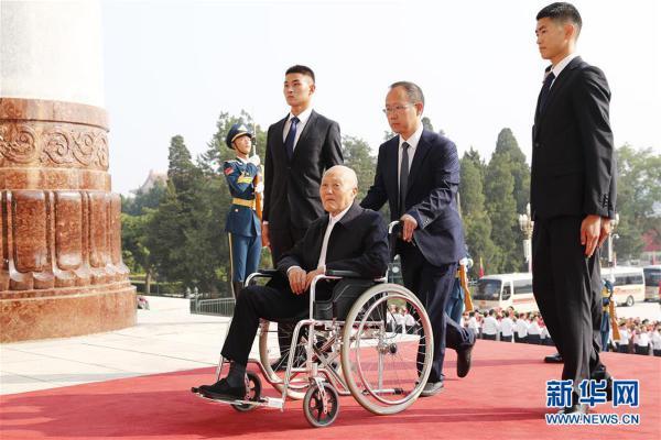 (XHDW)(13)国家勋章和国家荣誉称号颁授仪式在京举行