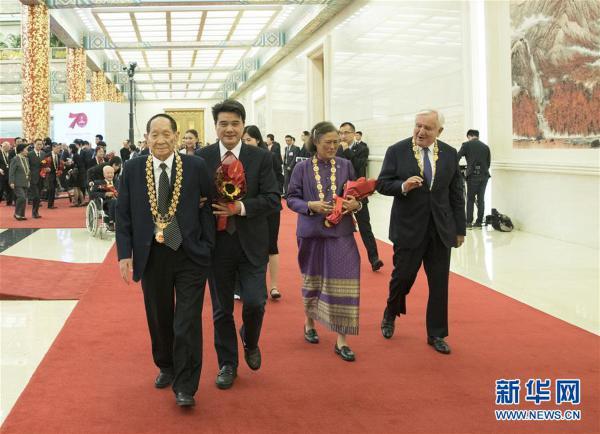(XHDW)(30)国家勋章和国家荣誉称号颁授仪式在京举行