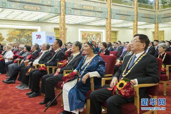 (XHDW)(28)国家勋章和国家荣誉称号颁授仪式在京举行