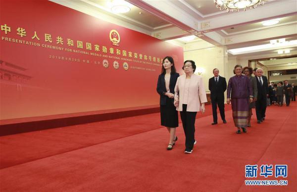 (XHDW)(17)国家勋章和国家荣誉称号颁授仪式在京举行
