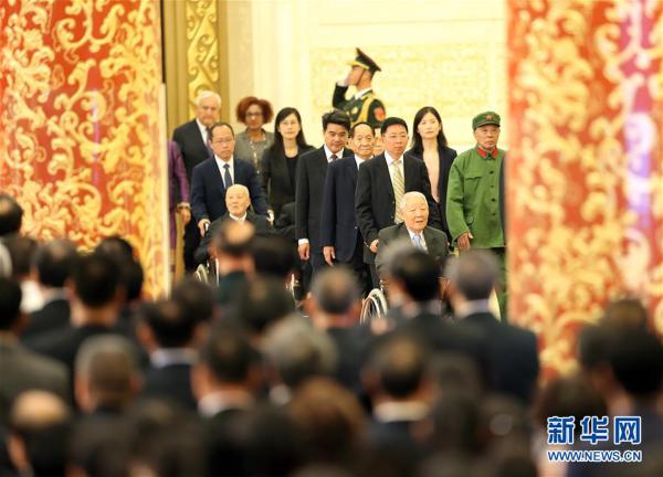 (XHDW)(22)国家勋章和国家荣誉称号颁授仪式在京举行