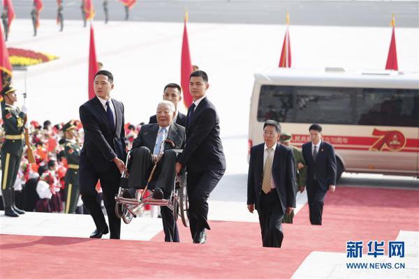 (XHDW)(15)国家勋章和国家荣誉称号颁授仪式在京举行