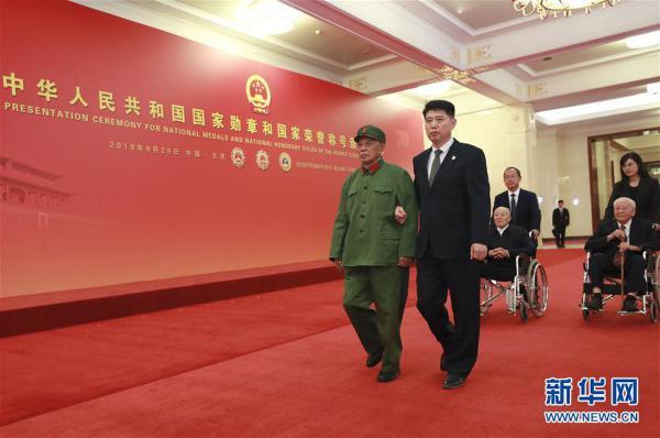 (XHDW)(21)国家勋章和国家荣誉称号颁授仪式在京举行