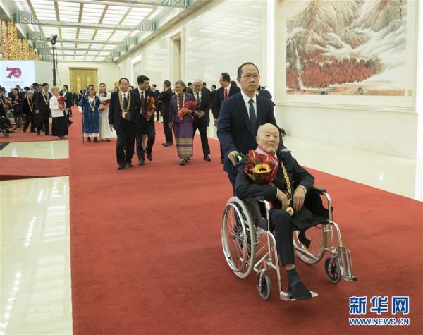 (XHDW)(32)国家勋章和国家荣誉称号颁授仪式在京举行