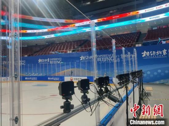 冰场边的高科技转播设备。记者 卢岩 摄