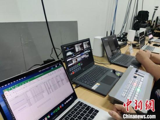 工作人员在云转播工作间开展工作。记者 卢岩 摄